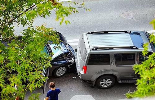 batida entre dois carros com uma arvore na frente